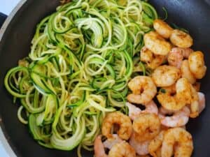 Zucchini noodles with shrimp in a pan.