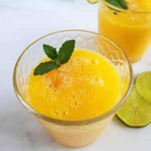 Agua fresca with mango in glasses.