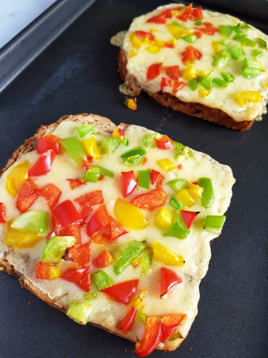 Toast with peppers, cheese and chilli.
