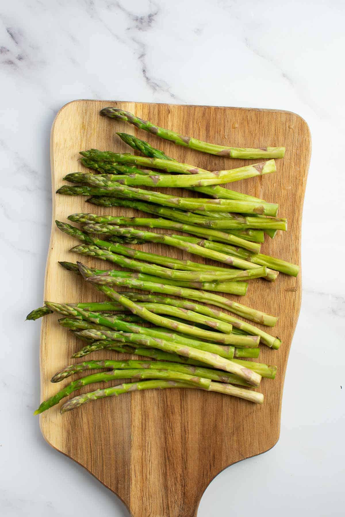 Asparagus on a chopping board.